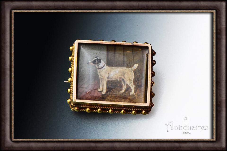 ミニアチュール。犬のブローチ